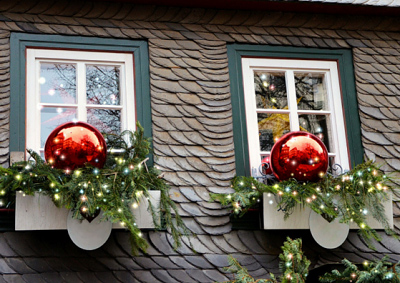 How to Remove the Left-Over Goo From Your Christmas Decorations from Your Windows